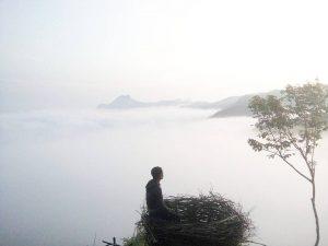 spot foto di bukit jomblo yang diselimuti kabut