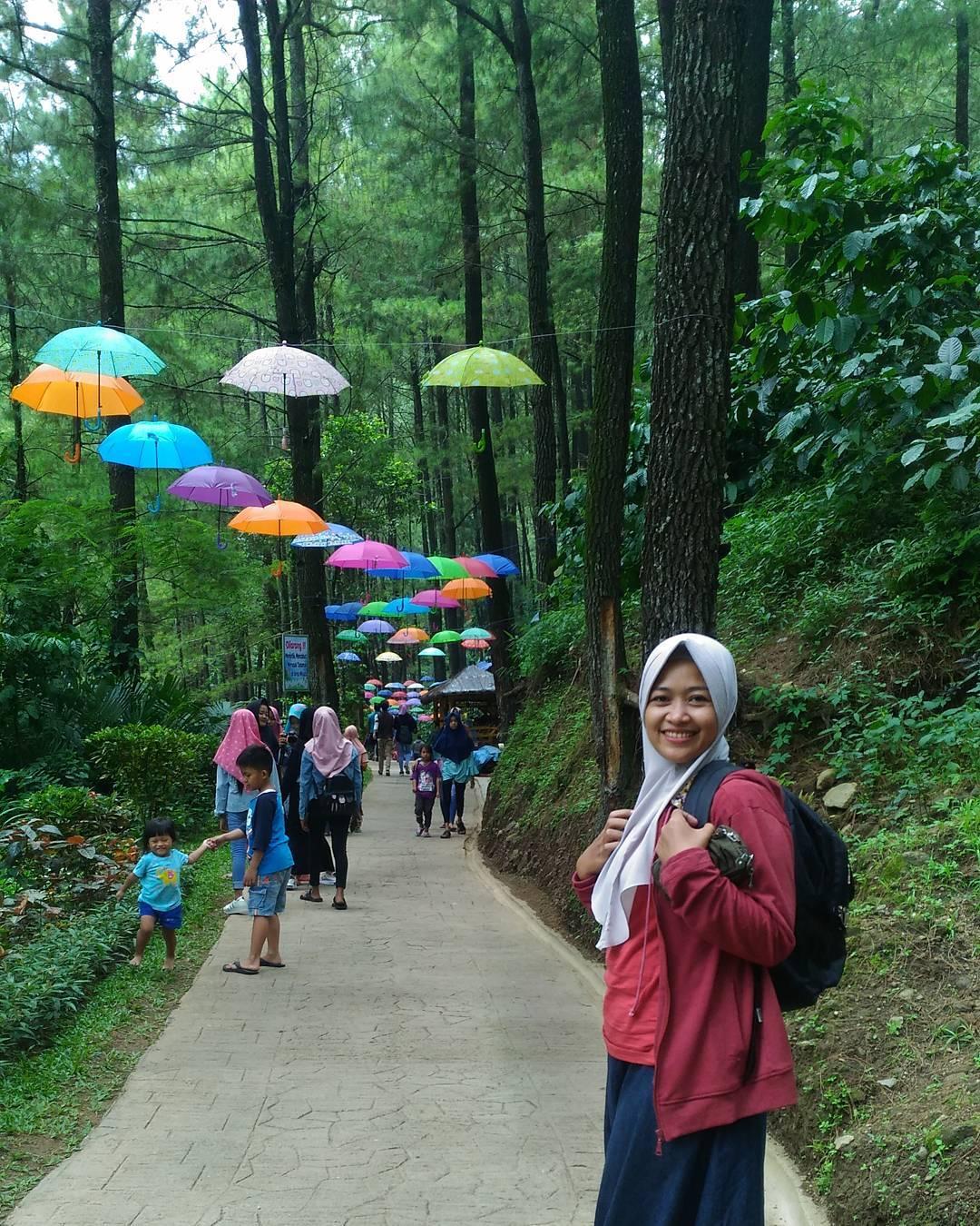 spot foto payung warna warni di srambang park