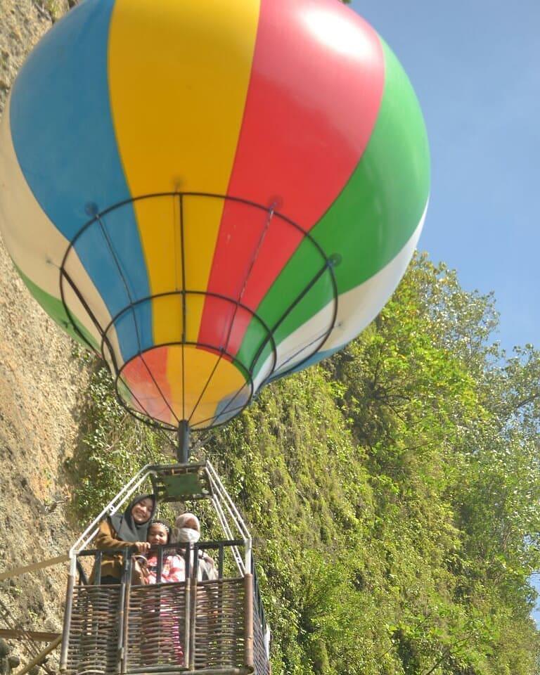 spot foto balon udara di pantai menganti