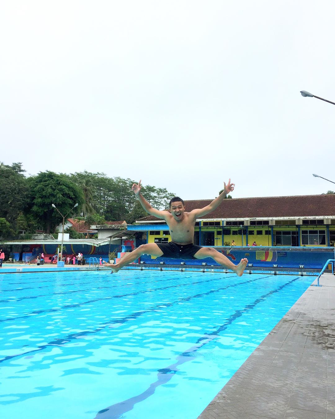berenang di kolam renang hs agung