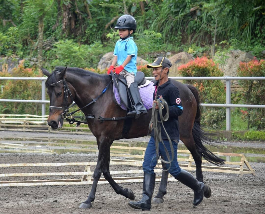 berkuda untuk anak-anak di santosa stable
