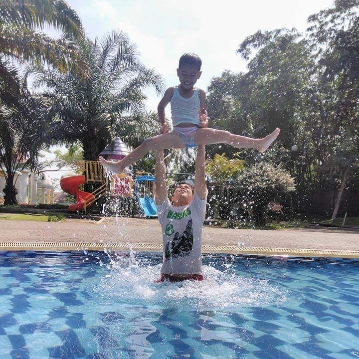 menikmati kesegaran di kolam renang marcopolo
