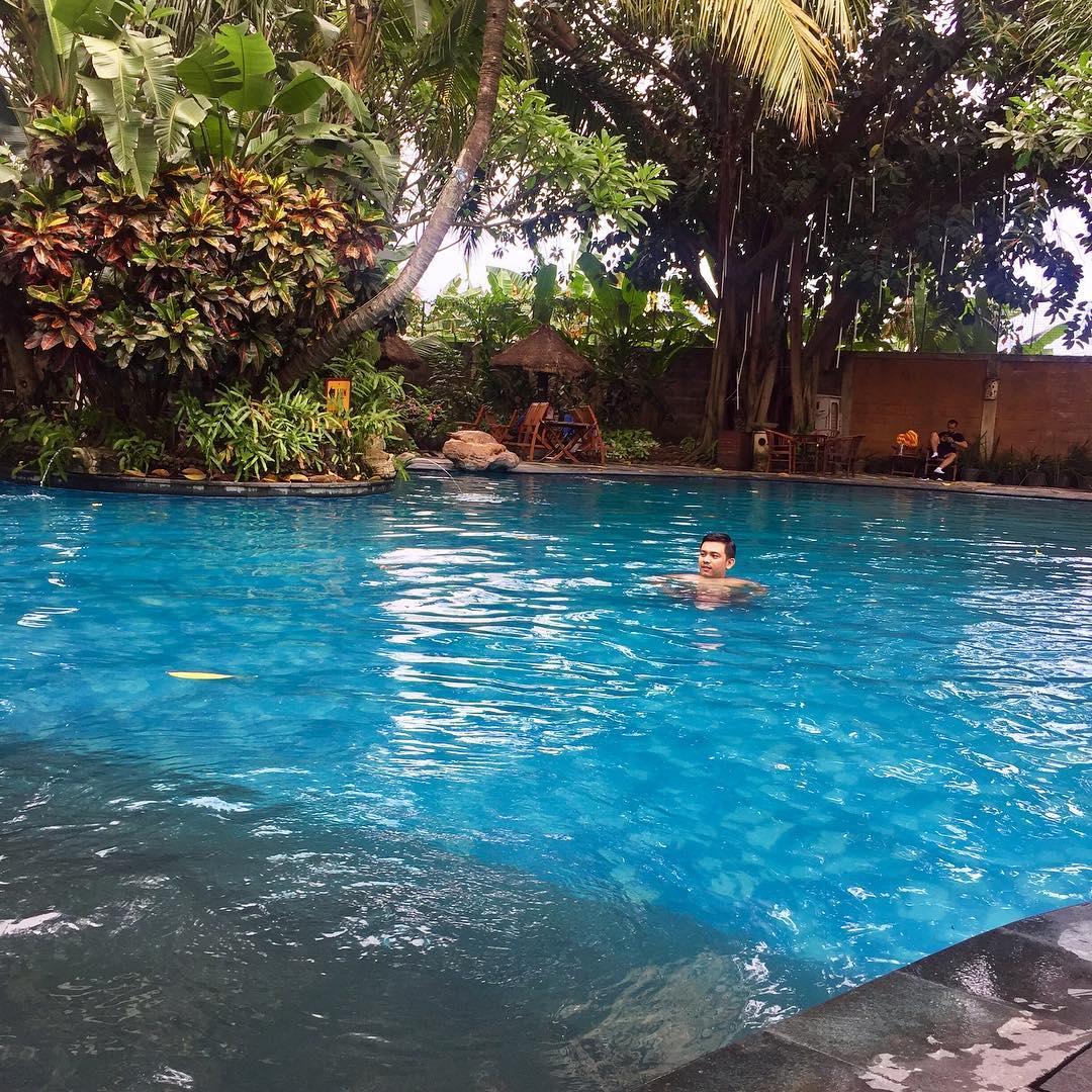 menikmati segarnya air di kolam renang gardenia semarang
