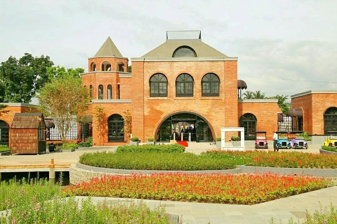 taman yang cantik dan bangunan yang megah di the village purwokerto