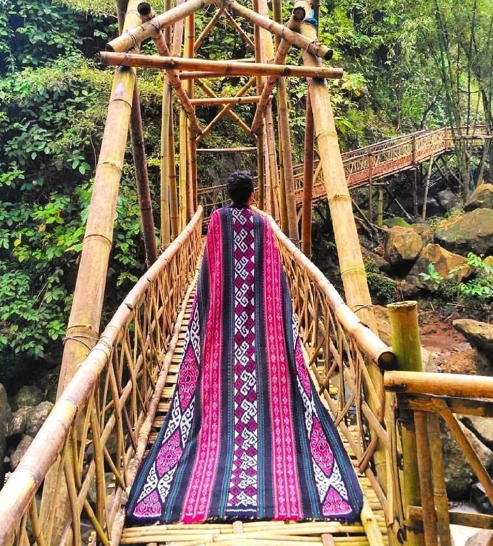 spot foto jembatan kayu penghubung curug gending asmoro