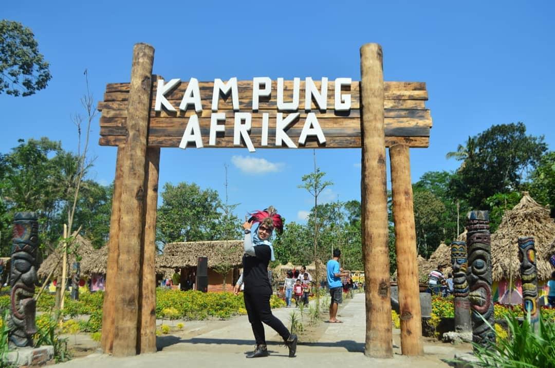 berselfie di gerbang kampung afrika blitar