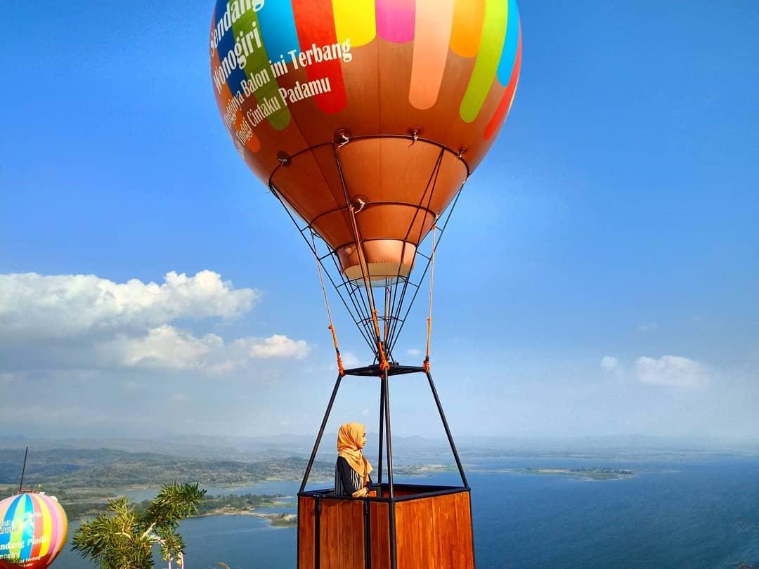 https://explorewisata.com/wp-content/uploads/2018/07/spot-foto-balon-udara-di-watu-cenik-wonogiri.jpg