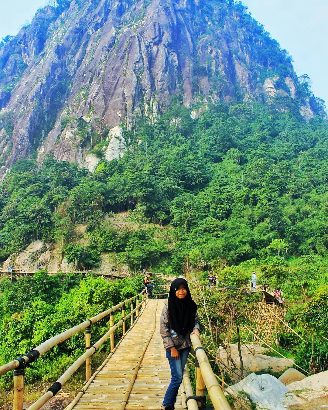 spot foto dengan background pemandangan gunung di sasak panyawangan purwakarta