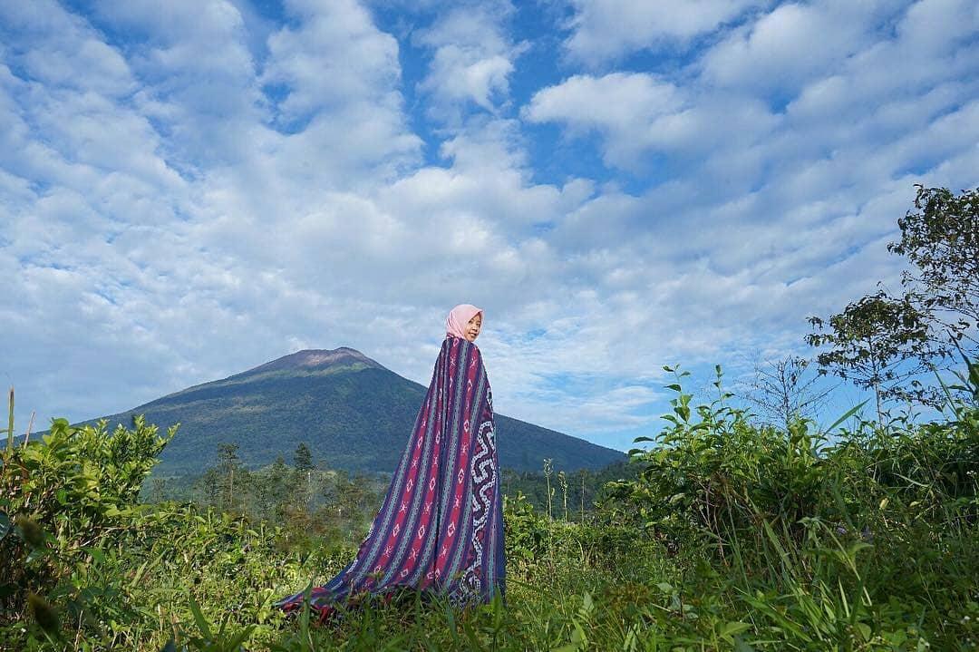 spot foto dengan background gunung di lembah asri serang purbalingga