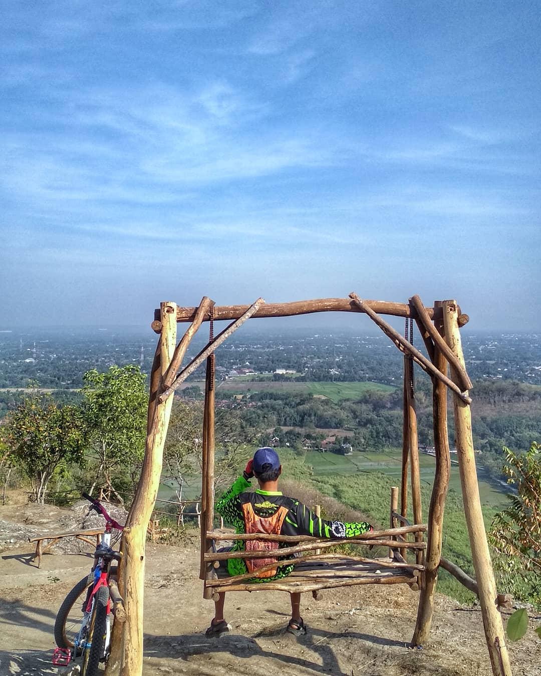 spot foto kursi ayunan di puncak sosok bawuran