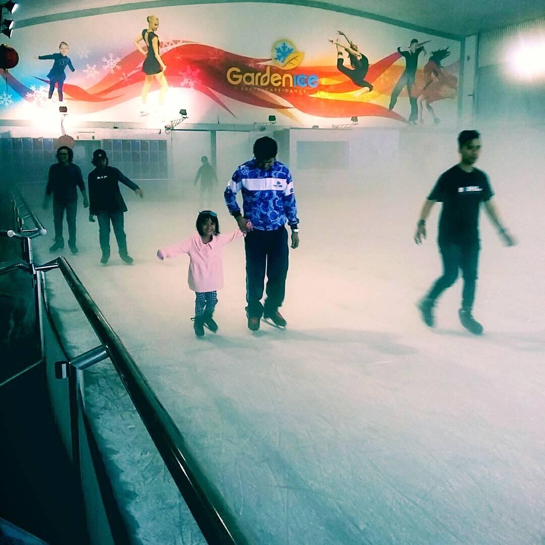 asyiknya liburan di ice skating pvj bandung