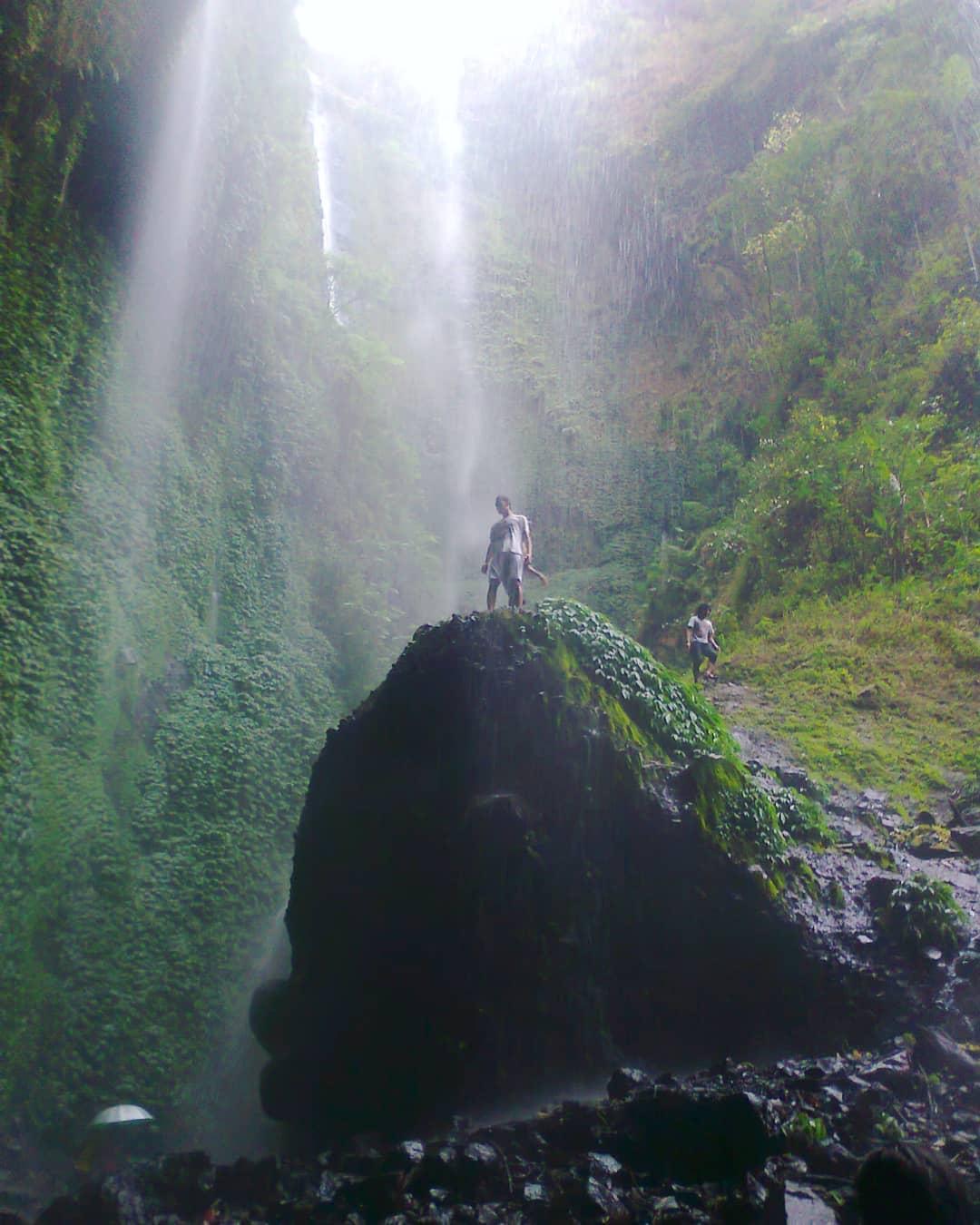 sensasi liburan di wisata air terjun madakaripura probolinggo