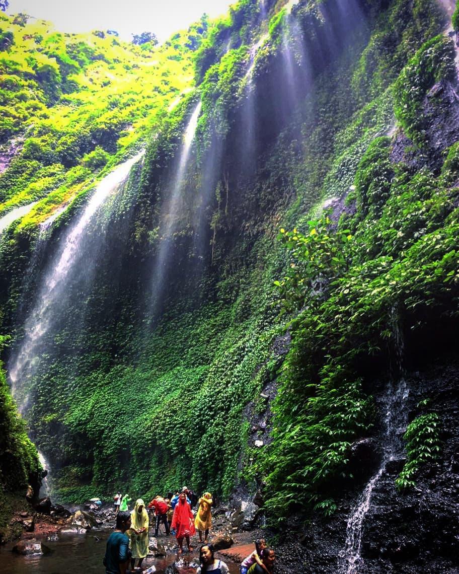 suasana liburan di wisata air terjun madakaripura probolinggo