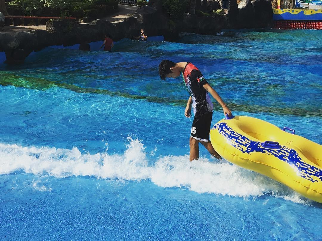 wahana ombak tsunami di owabong waterpark purbalingga