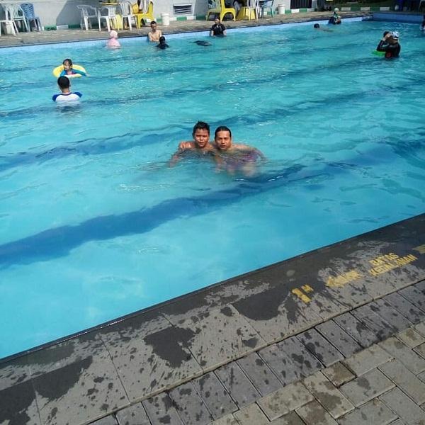 asyiknya berenang di kolam renang villa bogor indah