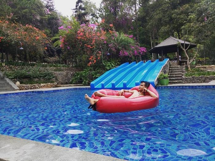 bersantai di kolam renang taman bougenville gunung puntang