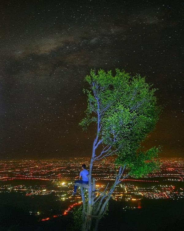 menikmati panorama malam dari atas puncak puthuk kembang