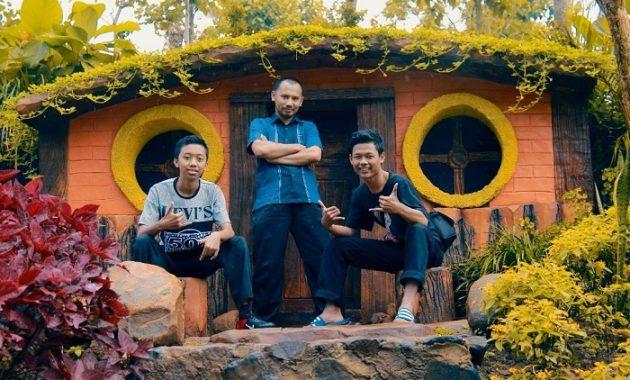 spot foto rumah hobbit di wisata banyumili wonosalam