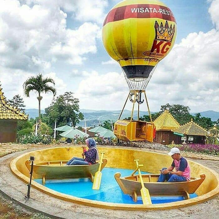 spot foto balon udara dan kolam di king garden bandungan