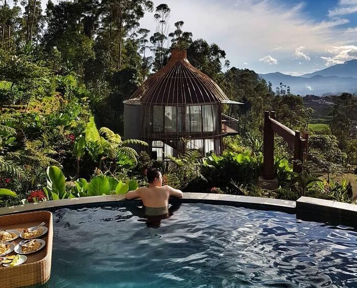 menikmati sensasi segarnya berendam di kolam renang bubu jungle resort