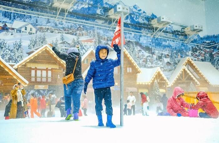 asyiknya bermain salju di trans snow world bekasi