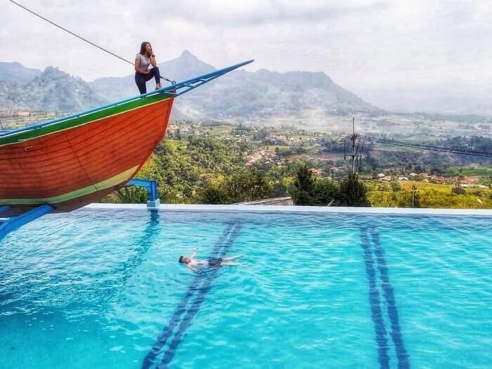berselfie di spot kapal di kolam renang curug ciherang