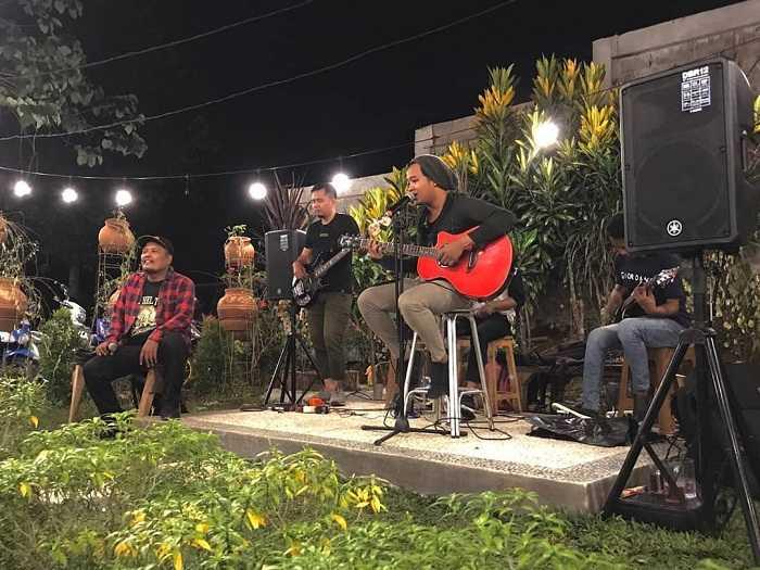 live music di warung tepi danau