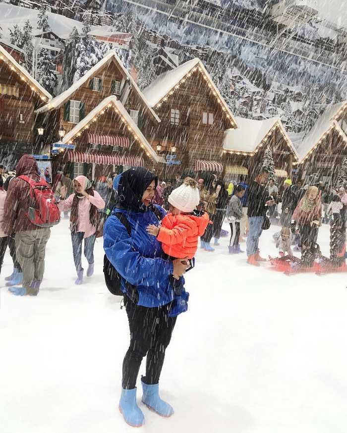 menikmati sensasi dinginnya salju di trans snow world bekasi