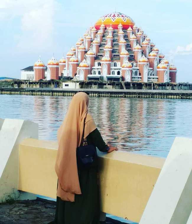 menyaksikan masjid 99 kubah