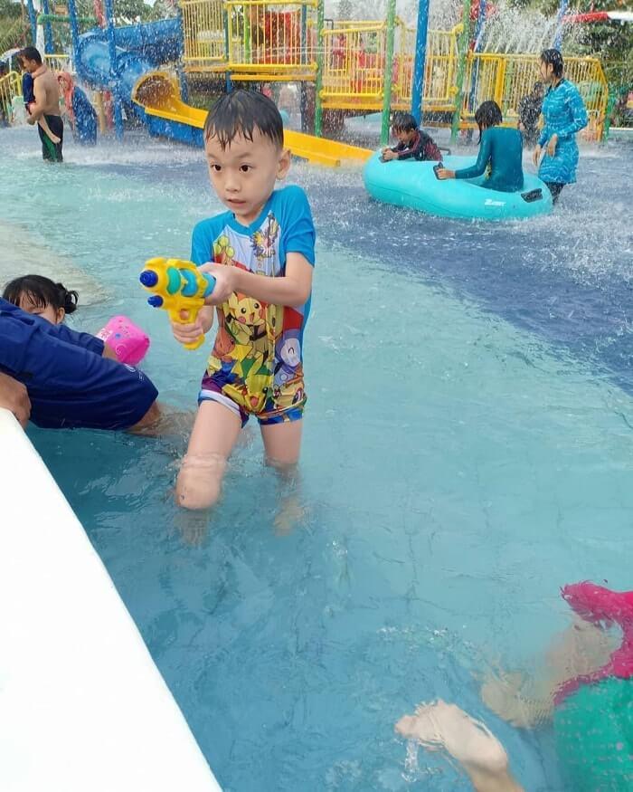 bermain air di kolam renang merci medan