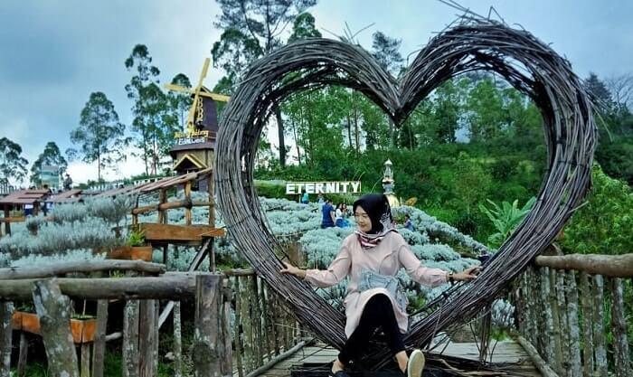 berselfie di spot frame love edelweiss karangasem