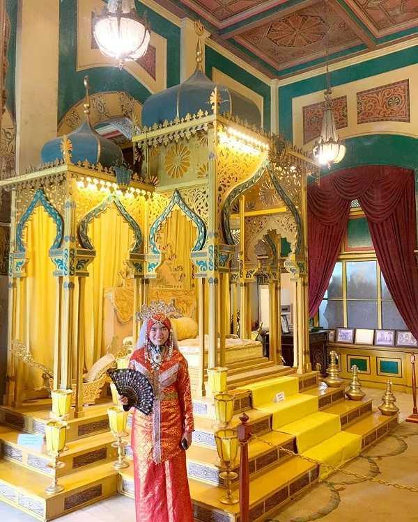 pakaian tradisional melayi di istana maimun