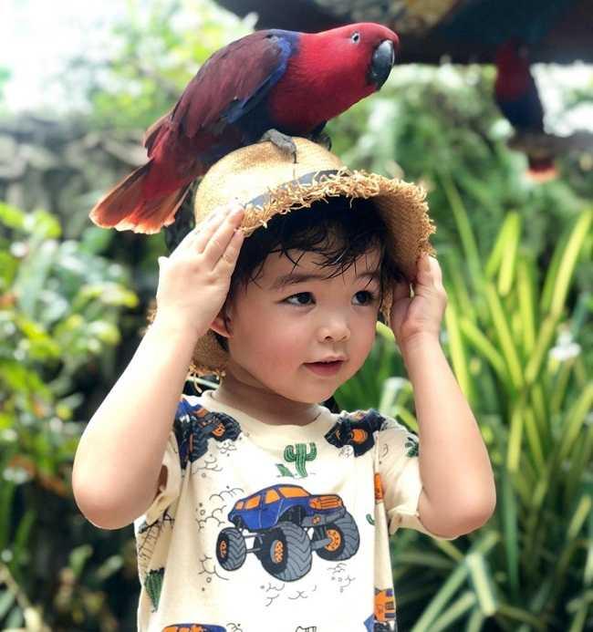 foto dengan burung di fauna land ancol