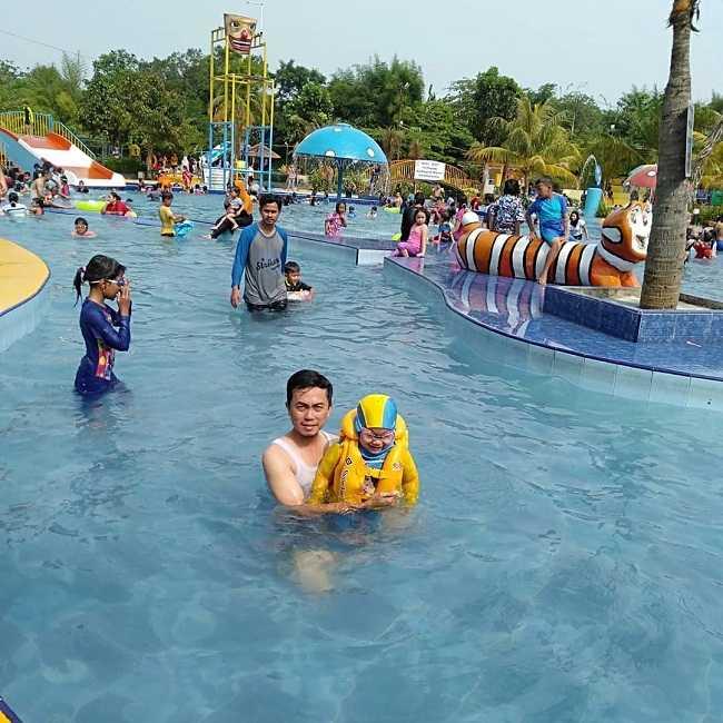 suasana liburan di kolam renang putri duyung depok