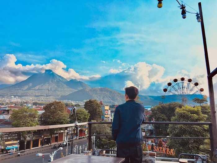 menyaksikan panorama kota batu dari kedai kopi letek