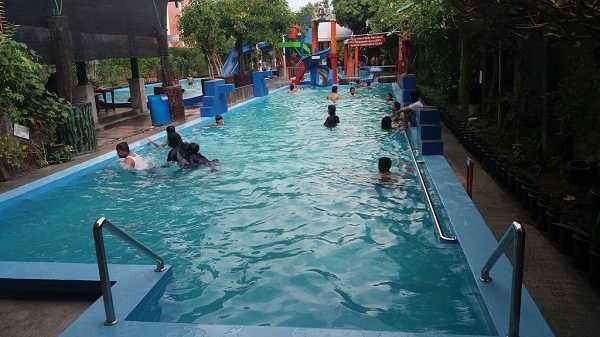 suasana kolam renang kora kora sukoharjo