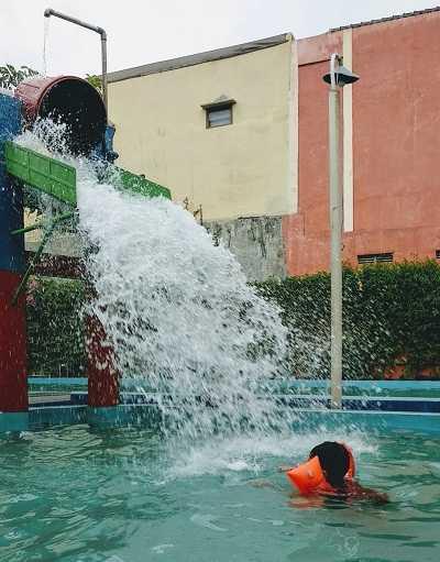 wahana kolam renang kora kora sukoharjo