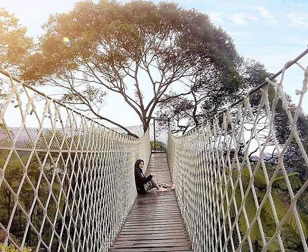 selfie di spot jembatan gantung bukit halimun salak bogor